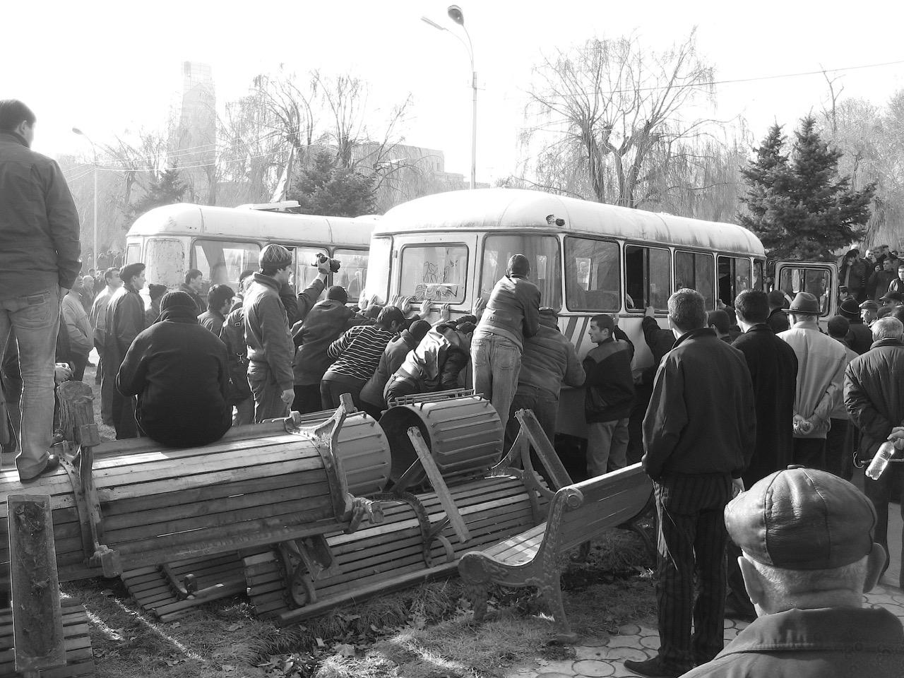 Foto: Barrikadenbau. Aus: Eriwan. Kapitel 3. Aufzeichnungen aus Armenien von Marc Degens.