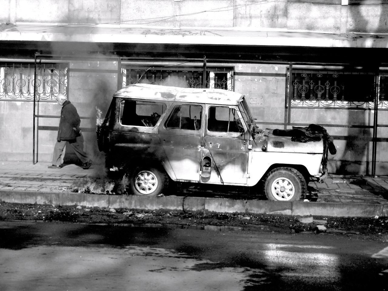 Foto: Brennender Jeep. Aus: Eriwan. Kapitel 3. Aufzeichnungen aus Armenien von Marc Degens.