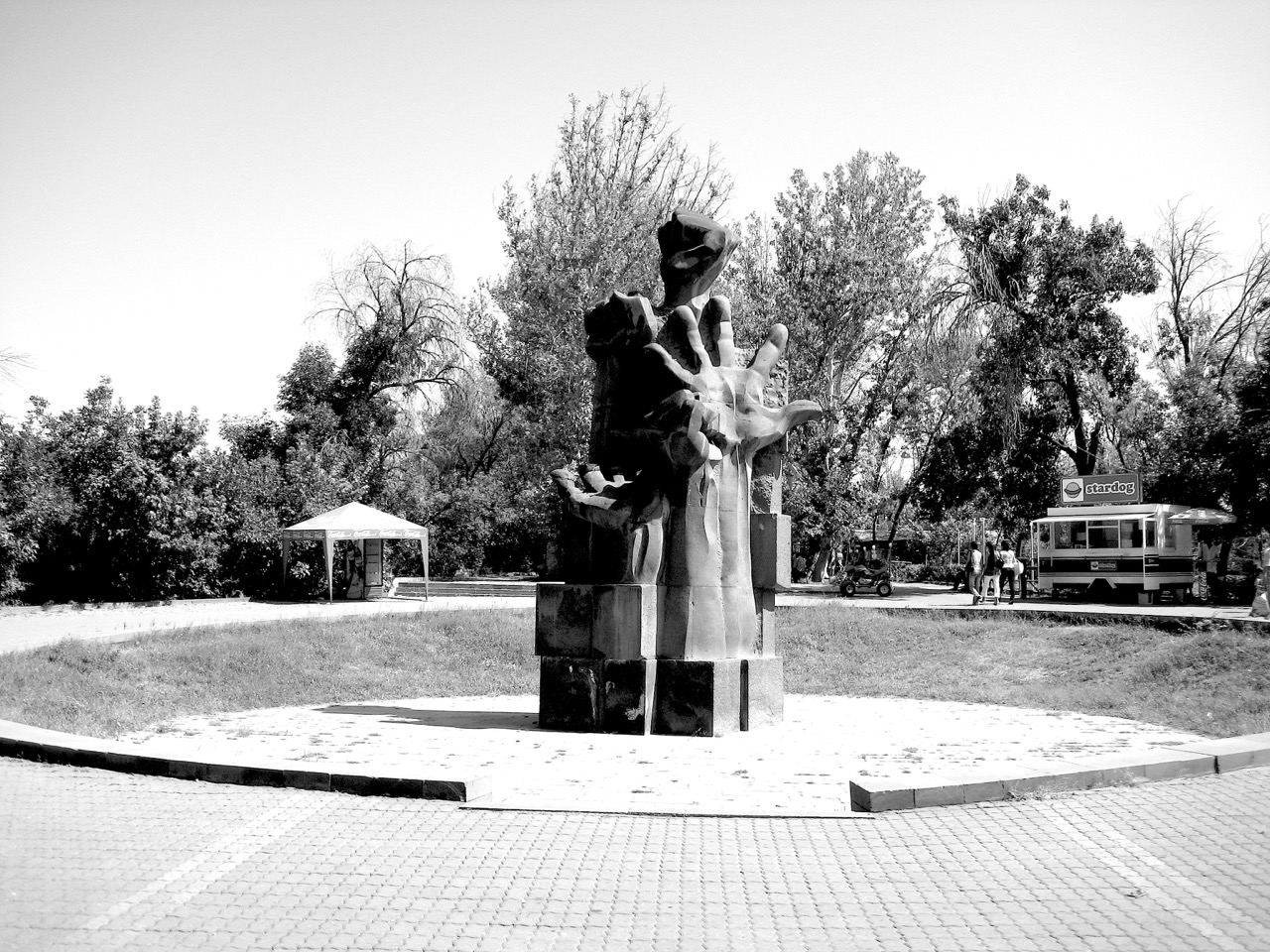 Foto: Hand. Aus: Eriwan. Kapitel 5. Aufzeichnungen aus Armenien von Marc Degens.