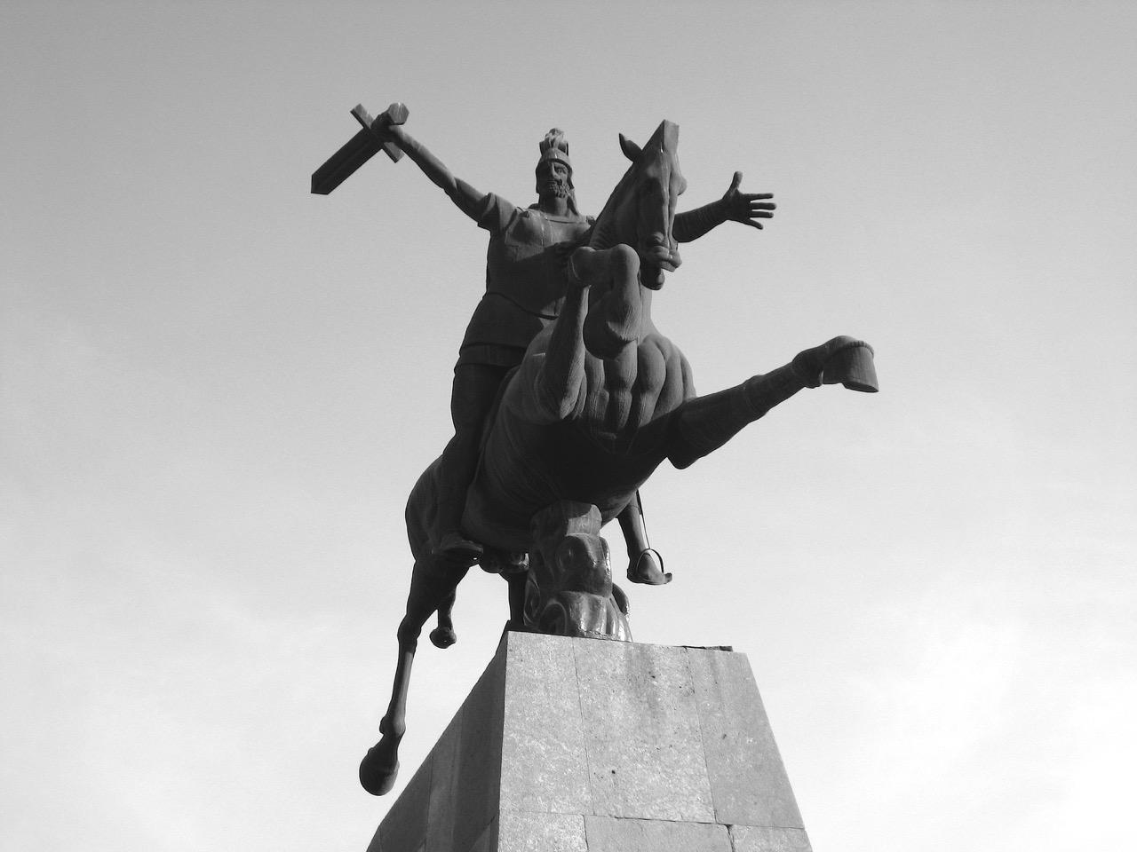 Foto: Denkmal. Aus: Eriwan. Kapitel 4. Aufzeichnungen aus Armenien von Marc Degens.