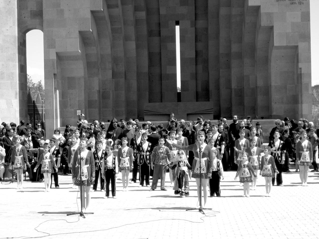 Foto: Freiluftaltar. Aus: Eriwan. Kapitel 6 Aufzeichnungen aus Armenien von Marc Degens.