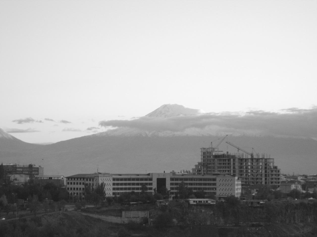 Foto: Hochhaus am Horizont. Aus: Eriwan. Kapitel 5. Aufzeichnungen aus Armenien von Marc Degens.