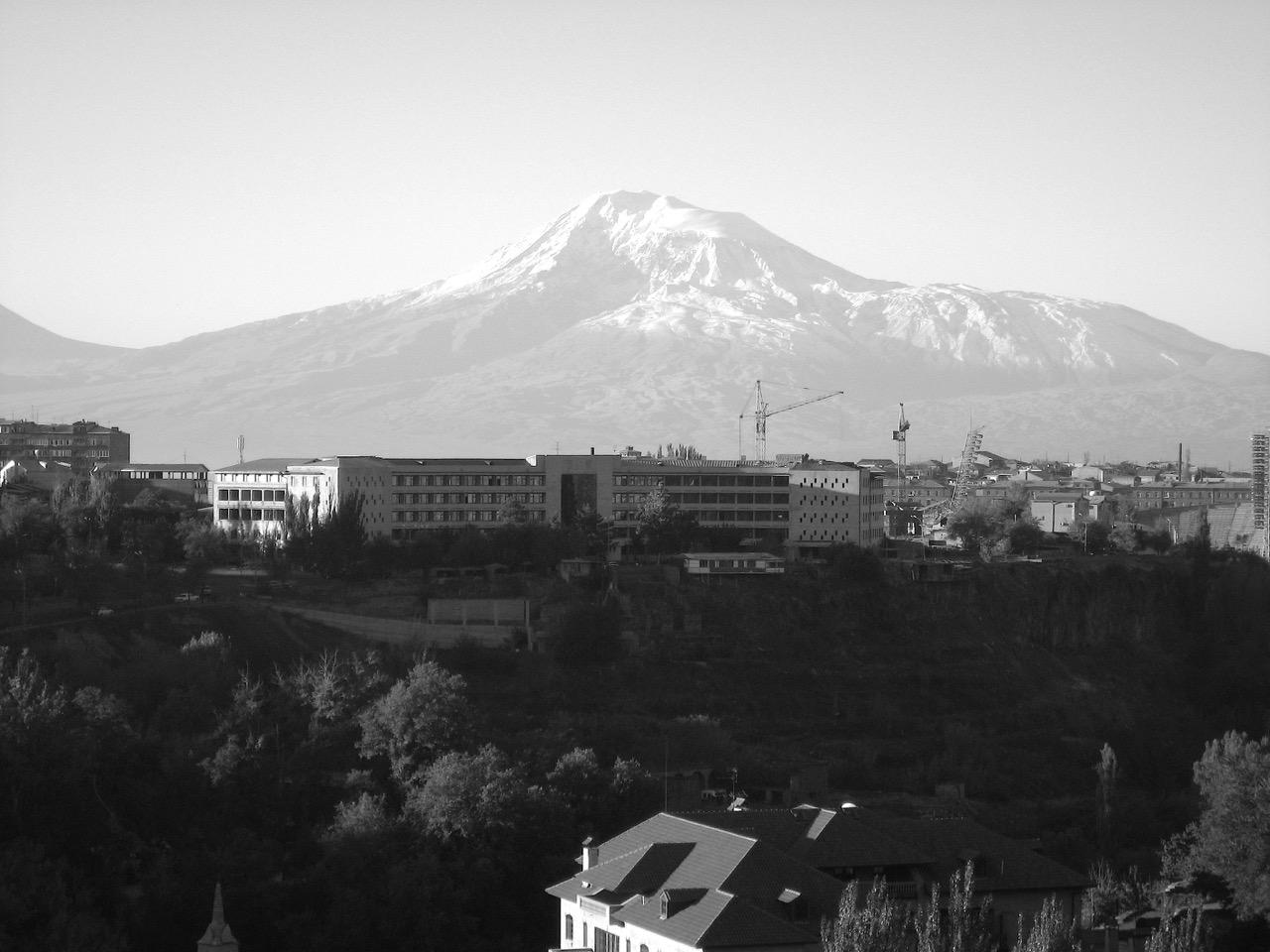 Kräne mit Ararat. Aus: Eriwan. Kapitel 7. Aufzeichnungen aus Armenien von Marc Degens.
