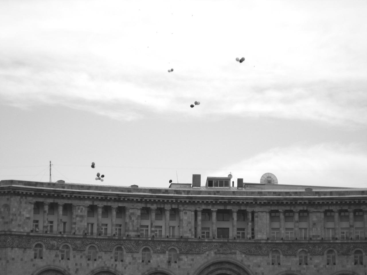 Foto: Luftballons. Aus: Eriwan. Kapitel 4. Aufzeichnungen aus Armenien von Marc Degens.