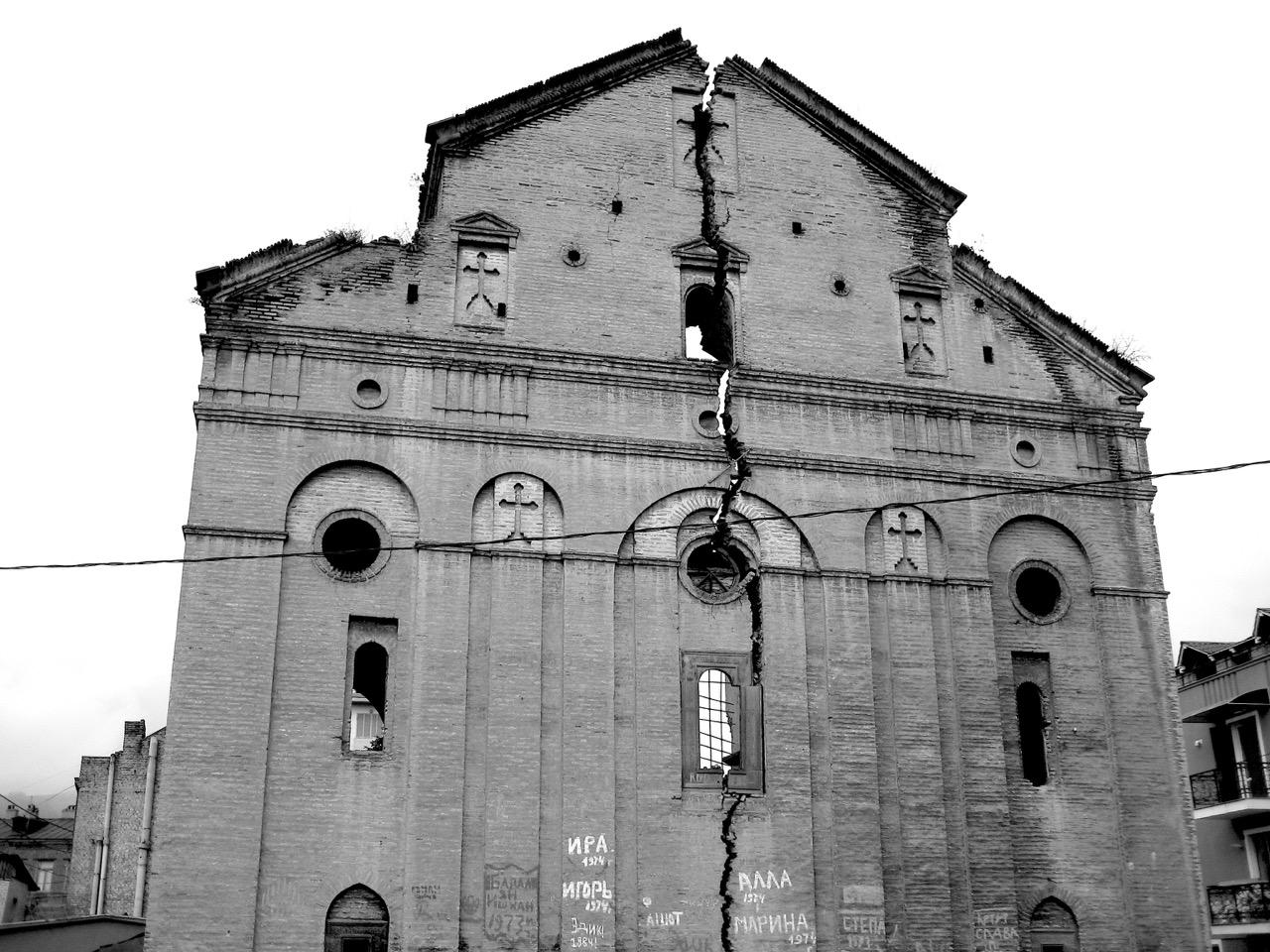 Foto: Riss. Aus: Eriwan. Kapitel 5. Aufzeichnungen aus Armenien von Marc Degens.