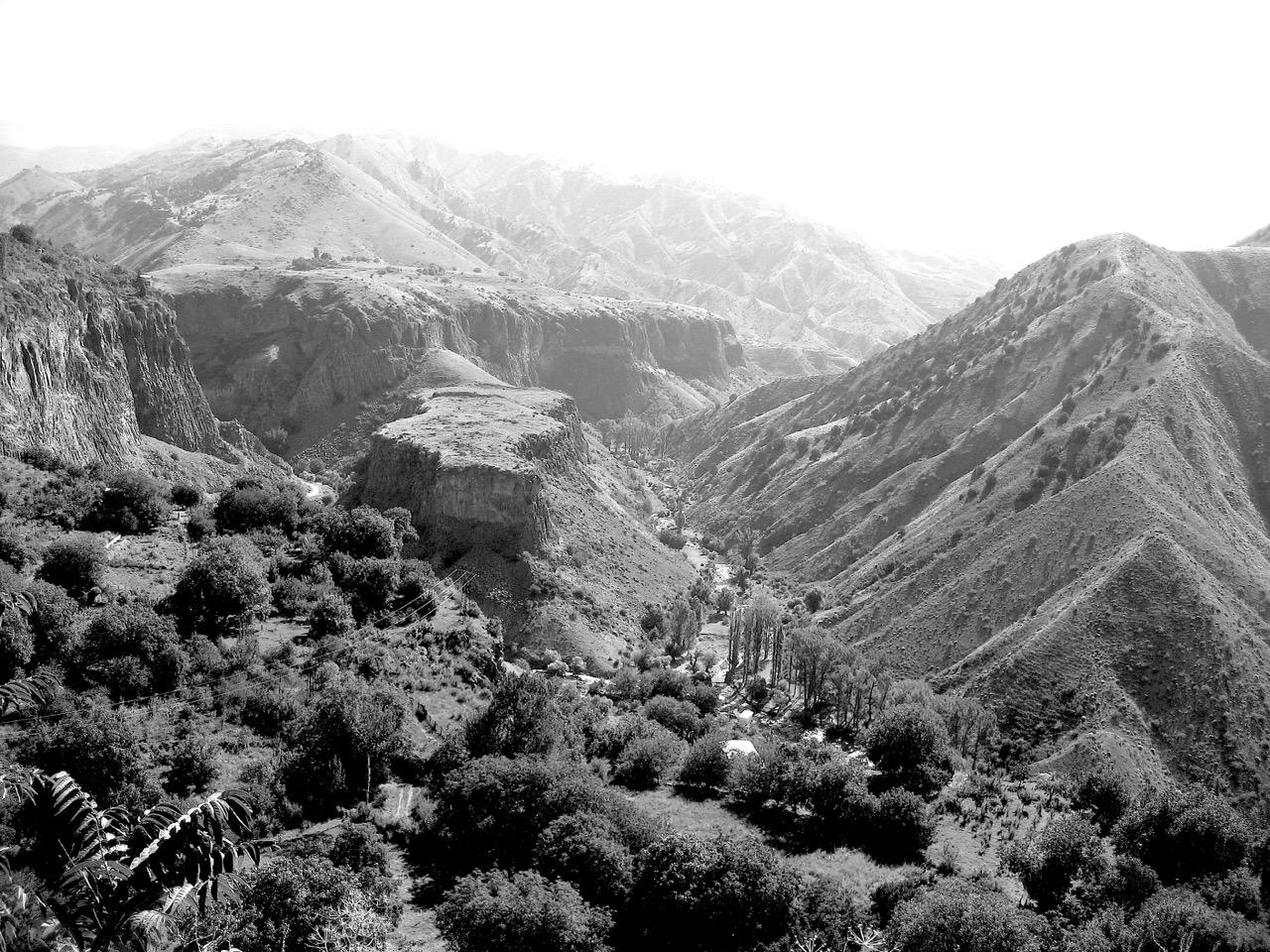 Schlucht (Garni). Aus: Eriwan. Kapitel 7. Aufzeichnungen aus Armenien von Marc Degens.