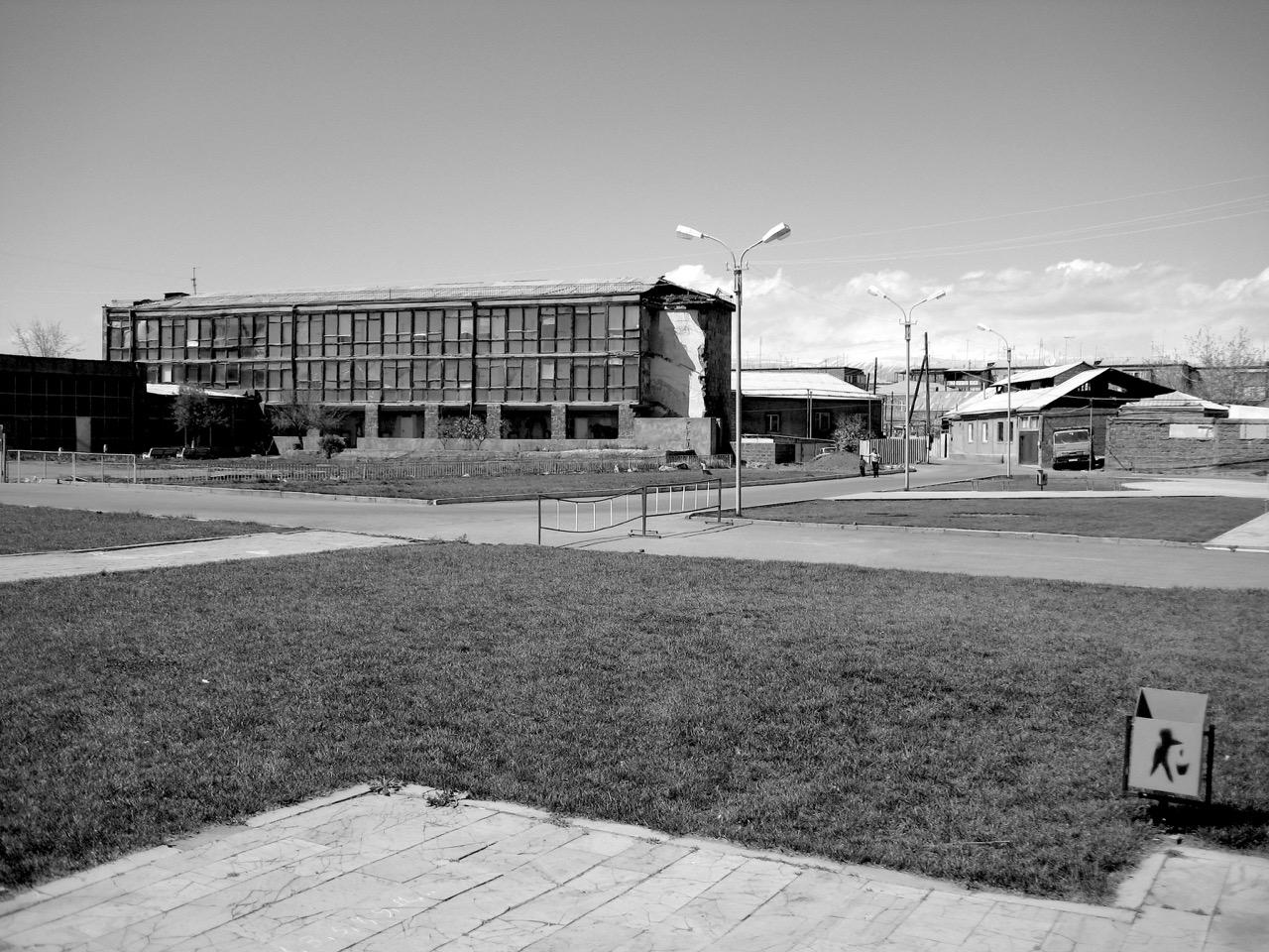 Foto: Spaziergang (Etschmiadsin). Aus: Eriwan. Kapitel 6 Aufzeichnungen aus Armenien von Marc Degens.