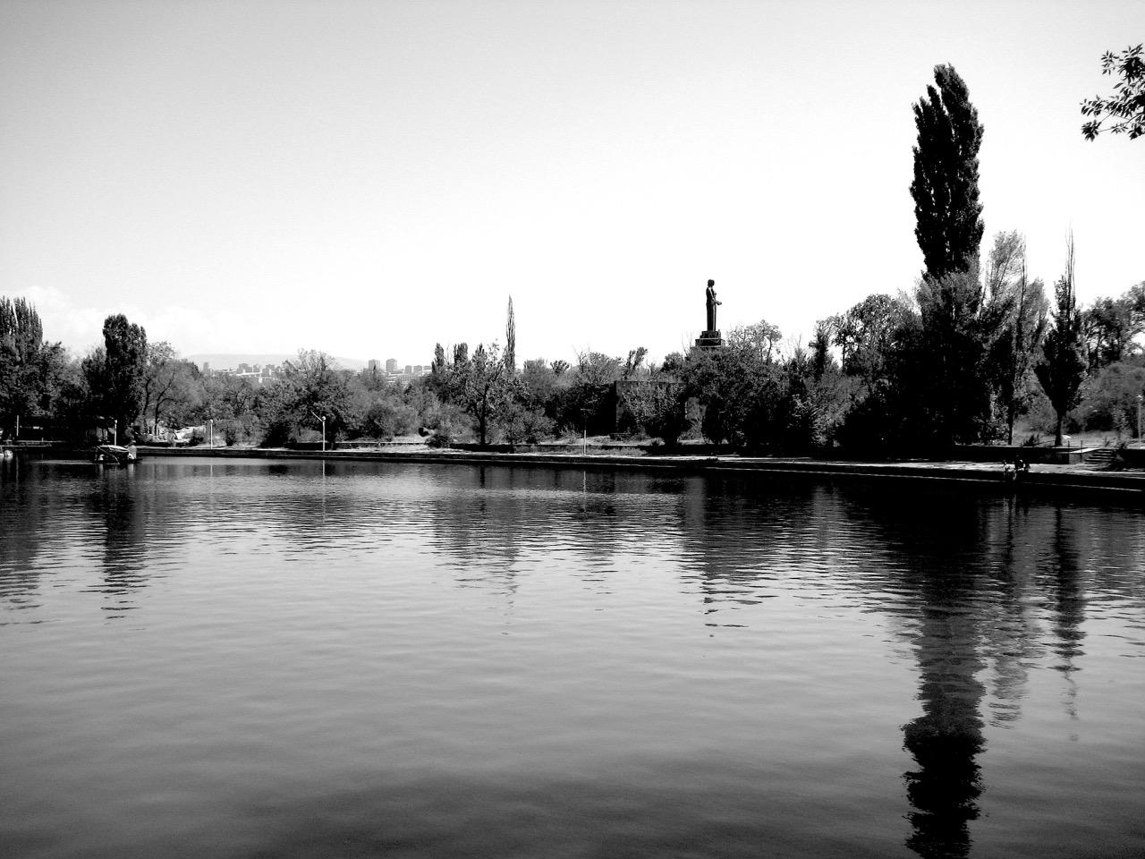 Stilles Wasser. Aus: Eriwan. Kapitel 7. Aufzeichnungen aus Armenien von Marc Degens.