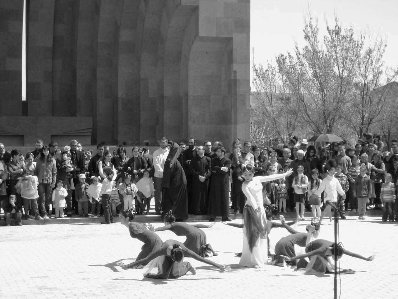Foto: Tanz. Aus: Eriwan. Kapitel 6 Aufzeichnungen aus Armenien von Marc Degens.