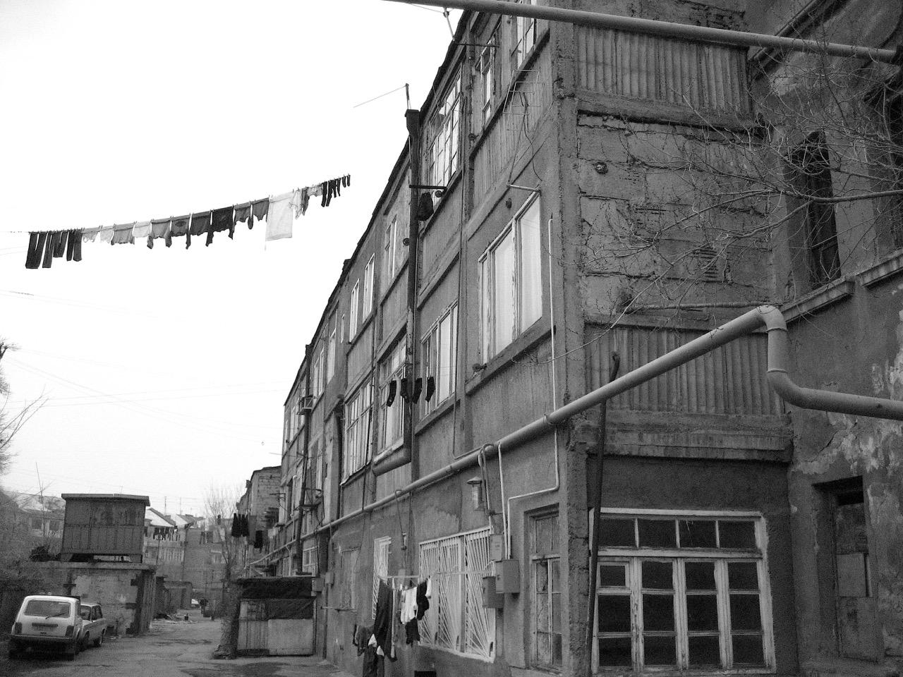 Foto: Wäscheleine. Aus: Eriwan. Kapitel 3. Aufzeichnungen aus Armenien von Marc Degens.